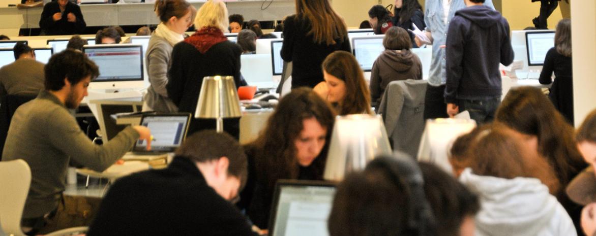 Photo de la bibliothèque pleine d'étudiants